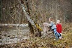 Δύο μικρές αδελφές που έχουν τη διασκέδαση από κοινού Στοκ φωτογραφία με δικαίωμα ελεύθερης χρήσης