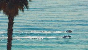 Δύο μικρές βάρκες μηχανών που πλέουν στον Ατλαντικό Ωκεανό Λάγκος, λιμένας στοκ φωτογραφία