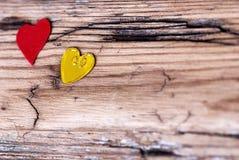 Δύο μικρές καρδιές στην ξύλινη σανίδα στοκ εικόνα