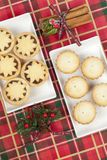 Δύο μικρές πιατέλες κομματιάζουν τις πίτες για τα Χριστούγεννα Στοκ Εικόνα