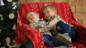 Δύο μικροί αδελφοί που κάθονται σε μια καρέκλα στο στούντιο φιλμ μικρού μήκους