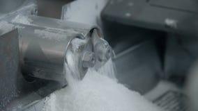 Δύο μικροί μύλοι που περιστρέφονται με την άσπρη σκόνη απόθεμα βίντεο