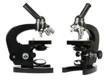Δύο μικροσκόπια που απομονώνονται στο λευκό Στοκ Φωτογραφίες