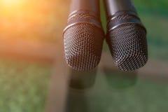 Δύο μικρόφωνα με το θερμό χρώμα πτώσης και τη θολωμένη εστίαση στο backgr Στοκ Φωτογραφία