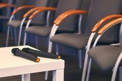 Δύο μικρόφωνα στον πίνακα στη διάσκεψη Στοκ εικόνες με δικαίωμα ελεύθερης χρήσης