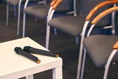 Δύο μικρόφωνα στον πίνακα στη διάσκεψη Στοκ Φωτογραφίες