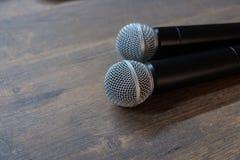 Δύο μικρόφωνα στον πίνακα Στοκ Εικόνες