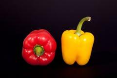 Δύο μισά εγχώρια πιπέρια στο καθαρό μαύρο υπόβαθρο Πιπέρι εγχώριων κουζινών Στοκ εικόνα με δικαίωμα ελεύθερης χρήσης