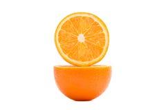 Δύο μισά ενός πορτοκαλιού σε μια περικοπή στοκ εικόνα