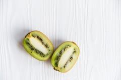 Δύο μισά του kiwifruit στην άσπρη ξύλινη επιφάνεια Στοκ φωτογραφίες με δικαίωμα ελεύθερης χρήσης