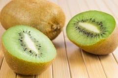 Δύο μισά των πράσινων φρούτων ακτινίδιων στον πίνακα Στοκ εικόνα με δικαίωμα ελεύθερης χρήσης