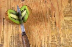Δύο μισά φρούτα ακτινίδιων Στοκ φωτογραφίες με δικαίωμα ελεύθερης χρήσης