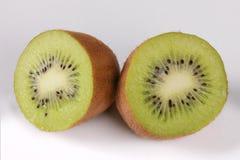 Δύο μισά φρούτων ακτινίδιων σε ένα άσπρο υπόβαθρο Στοκ Εικόνες