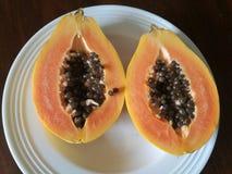 Δύο μισά Papaya σε ένα πιάτο Στοκ Φωτογραφίες