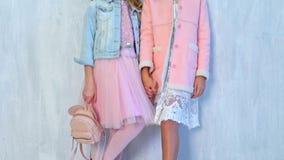 Δύο μοντέρνα κορίτσια μαθητριών θέτουν φιλμ μικρού μήκους