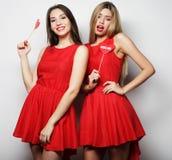 Δύο μοντέρνοι καλύτεροι φίλοι κοριτσιών έτοιμοι για το κόμμα Στοκ φωτογραφία με δικαίωμα ελεύθερης χρήσης