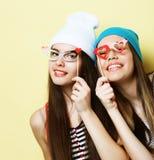 Δύο μοντέρνοι προκλητικοί καλύτεροι φίλοι κοριτσιών hipster έτοιμοι για το κόμμα Στοκ φωτογραφία με δικαίωμα ελεύθερης χρήσης