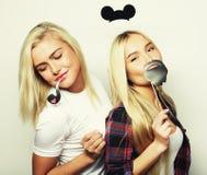 Δύο μοντέρνοι προκλητικοί καλύτεροι φίλοι κοριτσιών έτοιμοι για το κόμμα Στοκ Εικόνα