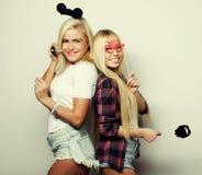 Δύο μοντέρνοι προκλητικοί καλύτεροι φίλοι κοριτσιών έτοιμοι για το κόμμα Στοκ Φωτογραφίες