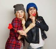 Δύο μοντέρνοι προκλητικοί καλύτεροι φίλοι κοριτσιών hipster Στοκ εικόνα με δικαίωμα ελεύθερης χρήσης