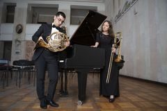 Δύο μουσικοί που παίζουν στα όργανα αέρα στοκ εικόνα με δικαίωμα ελεύθερης χρήσης