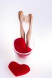 Δύο μπεζ οδοντικές βούρτσες στο φλυτζάνι γυαλιού με τις κόκκινες καρδιές στο άσπρο υπόβαθρο απομονωμένος Αγάπη διάνυσμα βαλεντίνω Στοκ Εικόνες