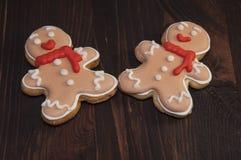 Δύο μπισκότα μελοψωμάτων υπό μορφή ατόμου Στοκ Εικόνα