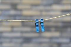 Δύο μπλε clothespins σε ένα σχοινί Στοκ εικόνες με δικαίωμα ελεύθερης χρήσης