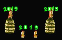 Δύο μπουκάλια που διακοσμούνται με τις κορδέλλες σε ένα μαύρο υπόβαθρο στοκ φωτογραφία