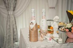 Δύο μπουκάλια της σαμπάνιας έντυσαν ως νύφη και νεόνυμφος 1605 στοκ εικόνες