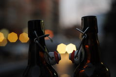 Δύο μπουκάλια του φιλήματος μπύρας στοκ φωτογραφία με δικαίωμα ελεύθερης χρήσης