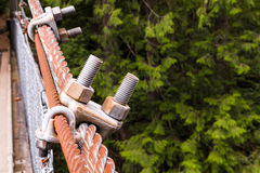 Δύο μπουλόνια που συνδέονται με το σχοινί metall Στοκ εικόνες με δικαίωμα ελεύθερης χρήσης
