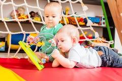 Δύο μωρά που έχουν τη διασκέδαση Στοκ εικόνες με δικαίωμα ελεύθερης χρήσης
