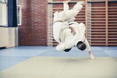 Δύο νέα αρσενικά που ασκούν το τζούντο από κοινού Στοκ εικόνες με δικαίωμα ελεύθερης χρήσης