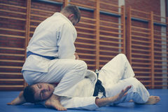 Δύο νέα αρσενικά που ασκούν το τζούντο από κοινού Στοκ Φωτογραφίες