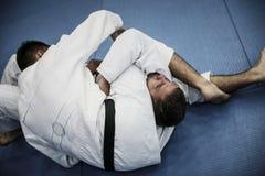 Δύο νέα αρσενικά που ασκούν το τζούντο από κοινού Στοκ εικόνα με δικαίωμα ελεύθερης χρήσης