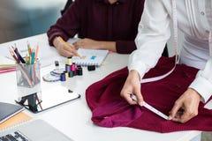 Δύο νέα επαγγελματικά εργασία συναδέλφων σχεδιαστών μόδας και π Στοκ εικόνες με δικαίωμα ελεύθερης χρήσης