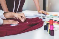 Δύο νέα επαγγελματικά εργασία συναδέλφων σχεδιαστών μόδας και π Στοκ Εικόνες