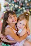Δύο νέα κορίτσια δίνουν σε μεταξύ τους τα δώρα Στοκ Φωτογραφία