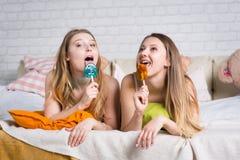 Δύο νέα κορίτσια επιτρέπουν την κρεβατοκάμαρα στοκ εικόνα