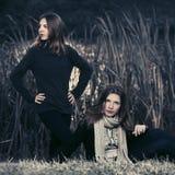 Δύο νέα κορίτσια μόδας που περπατούν από τη λίμνη Στοκ Εικόνες