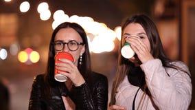 Δύο νέα κορίτσια περπατούν μέσω των οδών μιας άγνωστης πόλης σε ένα βράδυ φθινοπώρου και πίνουν τον καφέ φιλμ μικρού μήκους
