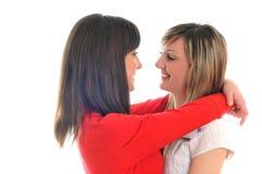Δύο νέα κορίτσια που απομονώνονται στο λευκό στοκ εικόνες