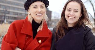 Δύο νέα κορίτσια σε μια πόλη που απολαμβάνει το χρόνο στοκ εικόνα