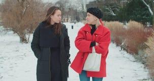 Δύο νέα κορίτσια σε μια πόλη που απολαμβάνει το χρόνο φιλμ μικρού μήκους