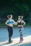 Δύο νέα κορίτσια στον αθλητισμό Στοκ Φωτογραφίες