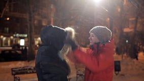 Δύο νέα κορίτσια το χειμερινό βράδυ, χαρούμενος και ευτυχής απόθεμα βίντεο