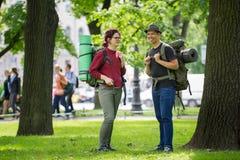 Δύο νέα backpackers τουριστών που έχουν τη διασκέδαση στο πάρκο στοκ φωτογραφία με δικαίωμα ελεύθερης χρήσης