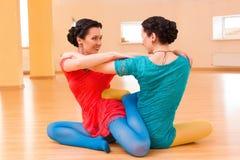Δύο νέα women do yoga Στοκ φωτογραφία με δικαίωμα ελεύθερης χρήσης