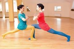 Δύο νέα women do yoga Στοκ εικόνες με δικαίωμα ελεύθερης χρήσης